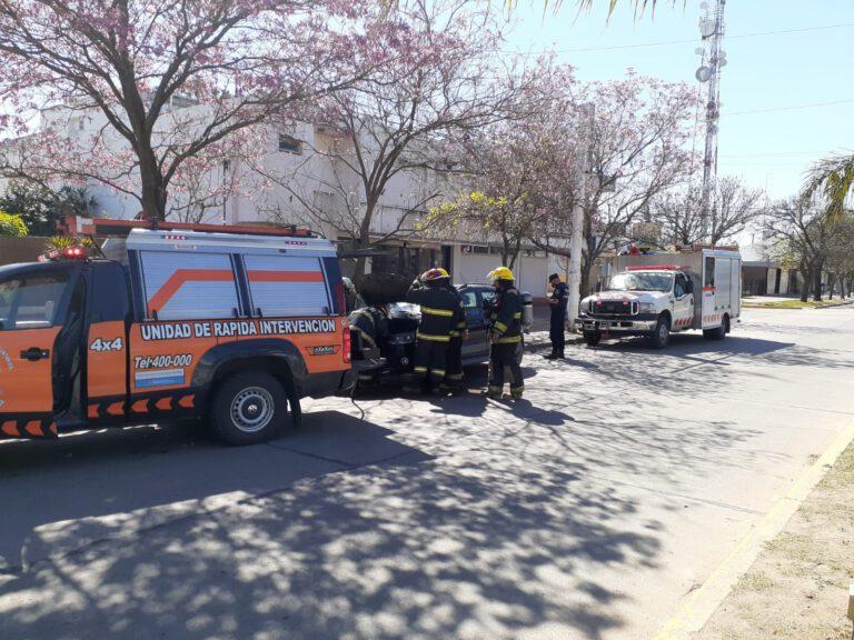 Bomberos: Controlaron principio de incendio en motor de vehículo